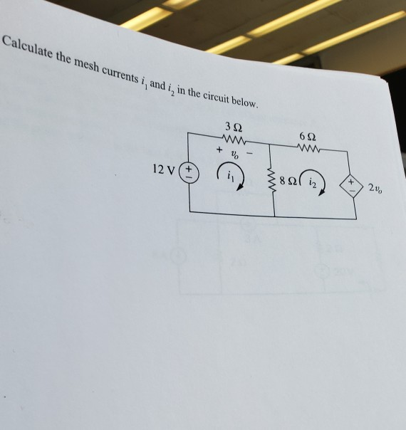 Calculate the mesh currents i, and i, in the circuit below. 322 + V 12V
